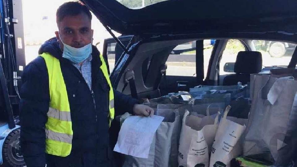 Les volontaires Ahmadiyya contribuent régulièrement aux banques alimentaires afin que les moins fortunés obtiennent l'essentiel dont ils ont besoin et restent en sécurité